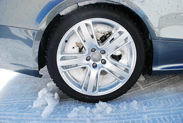 試駕車輛全部換上釘胎,在雪地上激烈操駕仍不免打滑失控。 記者趙惠群/攝影