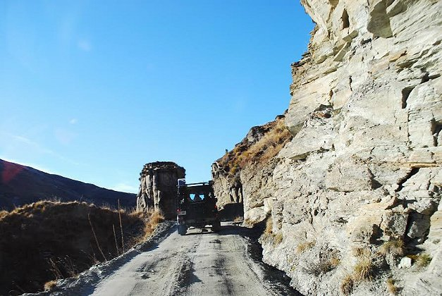 旅遊行程中有一段安排搭越野車進入冰河切割的山脈地形。 記者趙惠群/攝影
