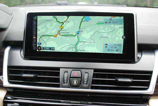 中控台內建的多媒體系統,在歐洲附有線上地圖導航功能。 記者趙惠群/攝影