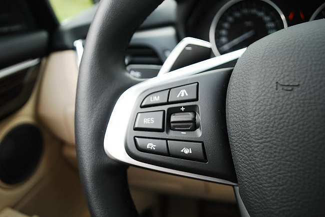 方向盤左方按鍵可切換主動式定速巡航與設定車距等功能。 記者趙惠群/攝影