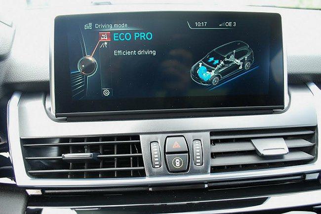 透過中央鞍座旋鈕可選擇駕駛模式,共有Comfort舒適、Sport跑車與Eco省油三種模式,圖為省油節能模式。 記者趙惠群/攝影