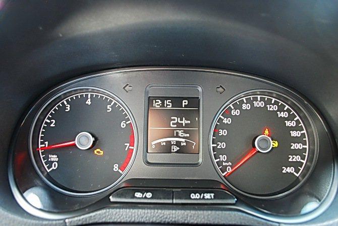 雙環儀表中央為行車資訊顯示螢幕,可顯示油耗與里程等數據,讀取很方便。 記者趙惠群...