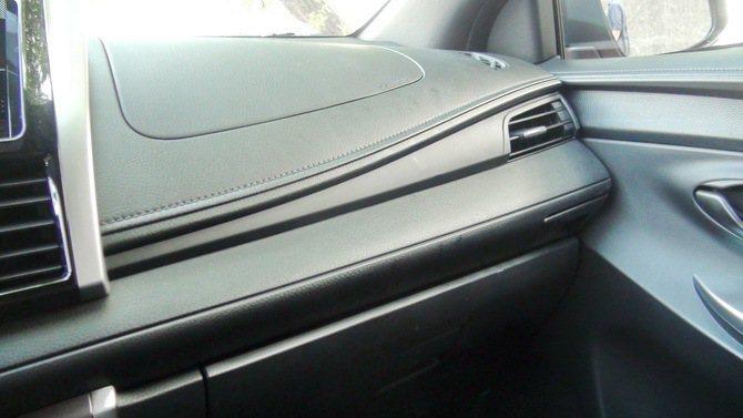 前座面板塑料皮革式壓紋看到原廠的巧思。 記者趙惠群/攝影