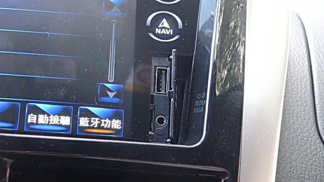 中控台觸控螢幕附有AUX-IN與USB裝置。 記者趙惠群/攝影