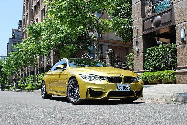 BMW M4 Coupe有賽車底子,外觀則更為時尚,更能與車主時尚穿戴匹配。 記...