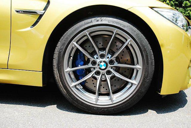 18吋跑胎配上大型複合煞車系統,並有藍色卡鉗。 記者趙惠群/攝影