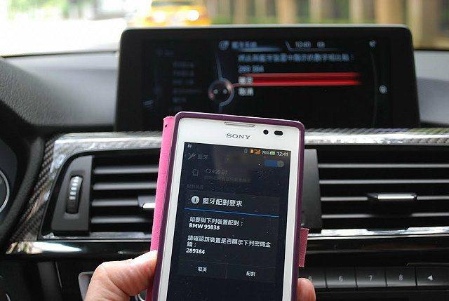 內建藍牙配對,並讓手機與車機串連。 記者趙惠群/攝影