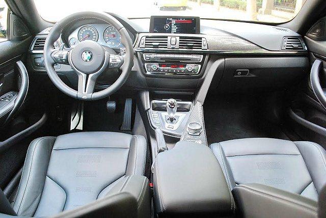 內裝除頂級的優質,也結合碳纖飾板以彰顯它的賽車基因,而操控界面也集中配置並以駕駛...