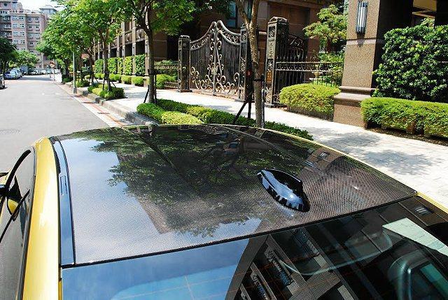 車頂採碳纖維材質打造凸顯其賽車特質。 記者趙惠群/攝影
