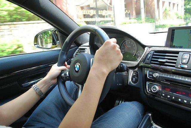 選擇Sport+模式讓電子循跡系統關閉,容許車子在彎道上甩尾帶來更激烈的物理運動...