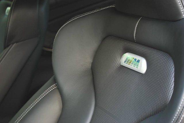 賽車座椅上鑲有M字樣徽記。 記者趙惠群/攝影