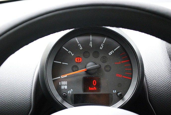 儀表為單一圓形Anthracite表盤呈現車速與轉速數據。 記者趙惠群/攝影