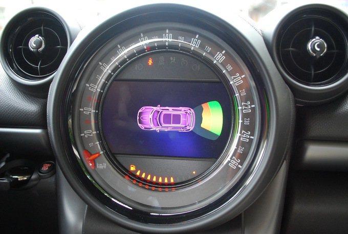 倒車雷達附有圖像顯示指引功能。 記者趙惠群/攝影