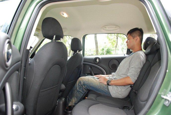 後座腿部空間寬敞,車頂略挑高,頭部沒有壓迫感。 記者趙惠群/攝影
