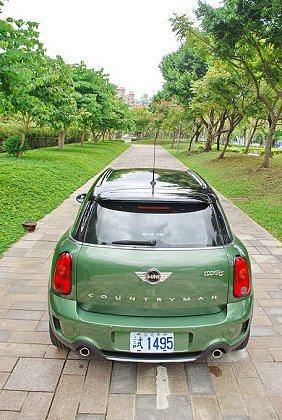 軍綠車色,搭配黑色車頂。 記者趙惠群/攝影