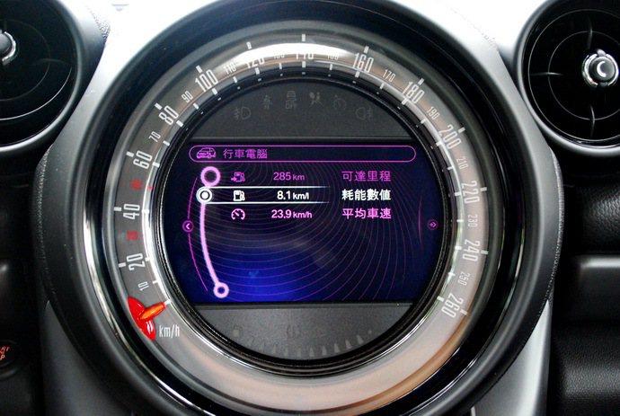 中控台是6.5吋圓形多功能中控台螢幕,中央是多功能中文化界面的顯示螢幕,內建Mi...