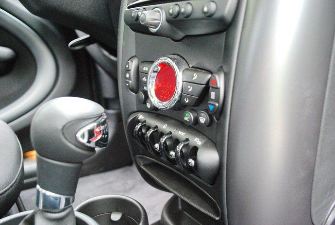 中控台空調界面下方一排車子功能按鍵,其中Sport鍵可讓車主選擇跑車化駕駛模式。...