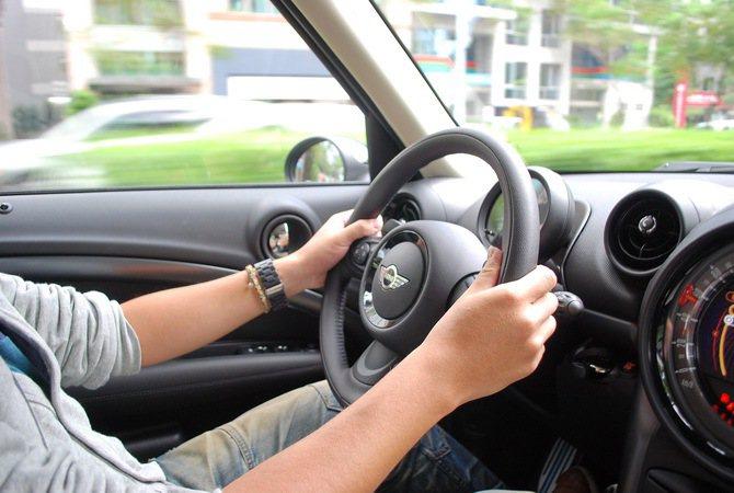 小盤徑轉向十分精準而靈活,變換車道不費吹灰之力。而方向盤採速度感應式,方向盤左右...