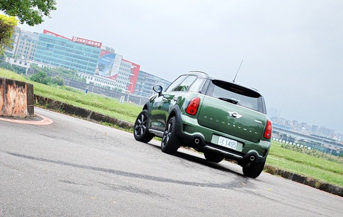 車身剛性強加上硬朗底盤,過彎展現高度平衡性。 記者趙惠群/攝影