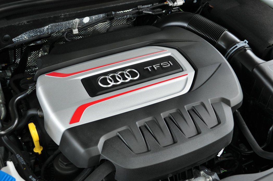 S3 sedan性能動力搭載2.0升TFSI渦輪增壓缸內直噴引擎,輸出300匹強...