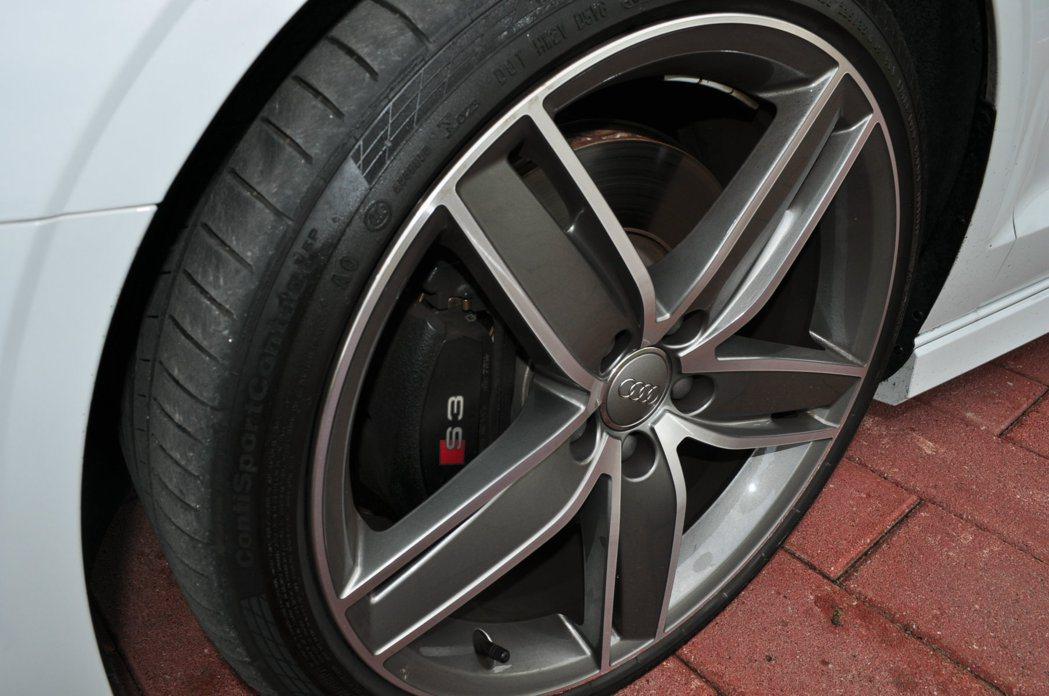 足下235/35 R19尺寸扁平車胎跟雙色大鋁圈,搭載強化制動力的S3卡鉗。 記...