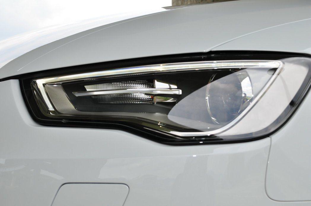 銳利不規則造型,先進的HID頭燈組附LED晝行燈。 記者許信文/攝影