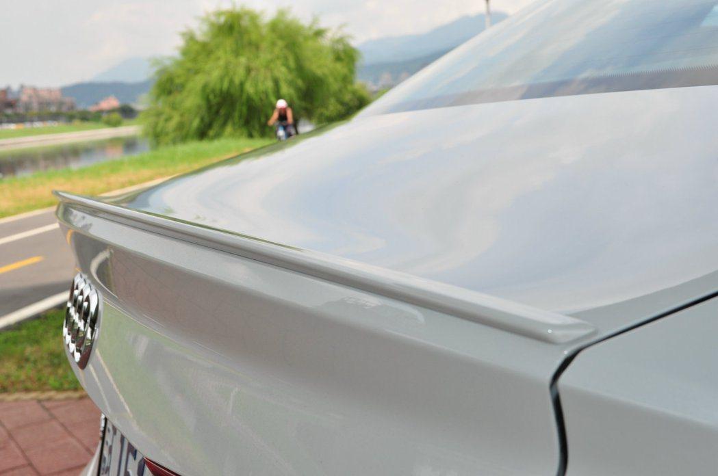 尾箱蓋設計鴨尾式造型,其上加一擾流,實用與視覺性增加。 記者許信文/攝影