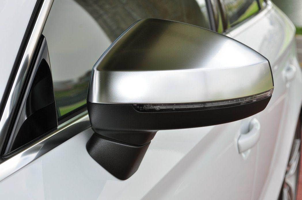 鋁合金飾蓋的後視鏡亦是S車系一項特色。 記者許信文/攝影