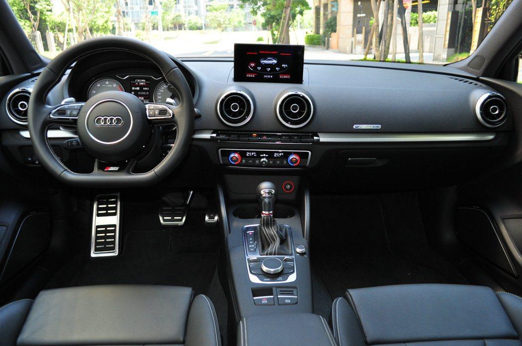 S3 sedan重點在性能調味,內裝就以A3基調追加經典套件呈現。 記者許信文/...