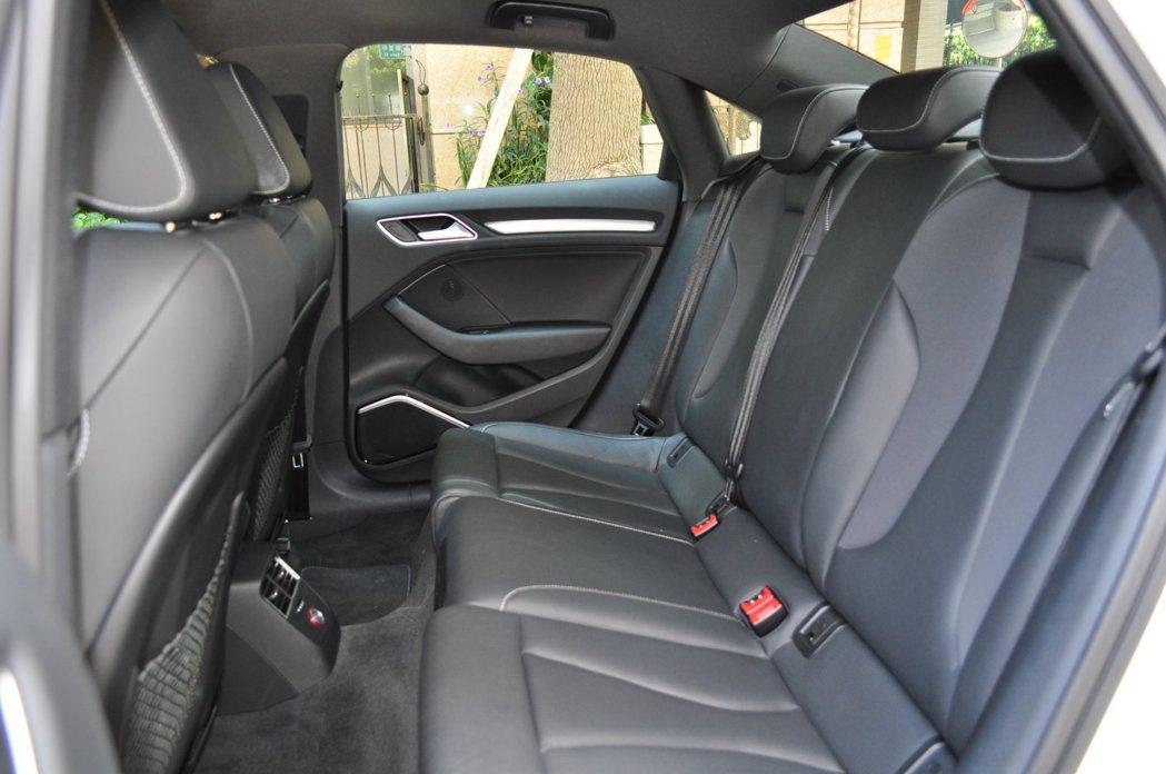 雖然C柱後的後廂空間改變,後排座椅依舊有著很好的膝部、頭部距離,並無因此產生壓迫...
