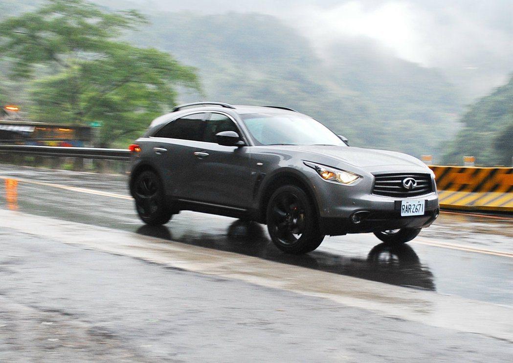 結合飽滿動力、運動化底盤懸吊及AWD智慧型四驅系統輔助,即使2噸車重依舊操控身輕...