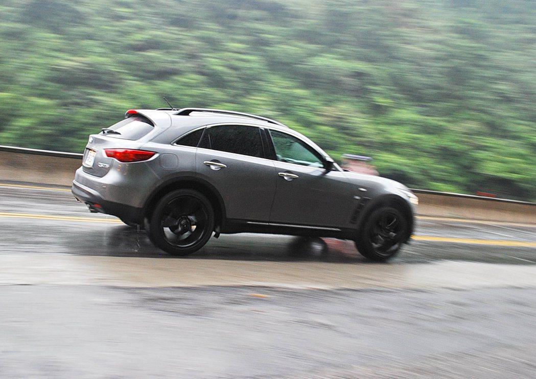 山路彎道中駕著QX70 S也不會有力不從心的拖累念頭。 記者許信文/攝影