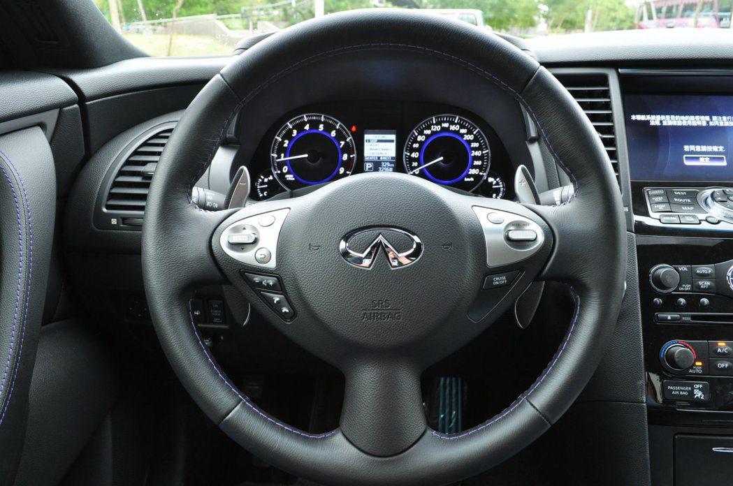 小徑運動方向盤附多功能控制,右為定速設定鈕,左為藍牙通訊控制鈕。 記者許信文/攝...