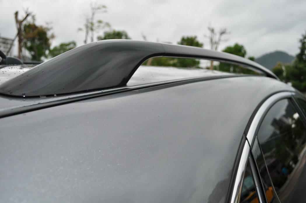 新燻黑車頂架。 記者許信文/攝影