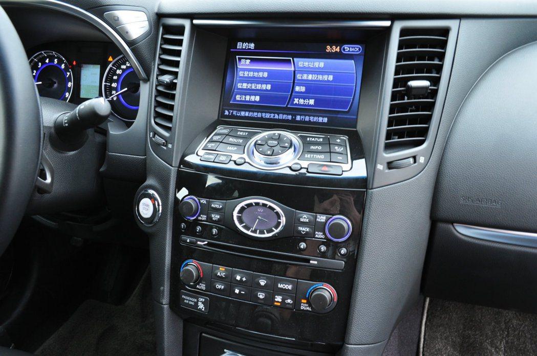 中控台的8吋觸控螢幕多媒體影音系統,豐富功能可直接由下方選單控制設定。 記者許信...