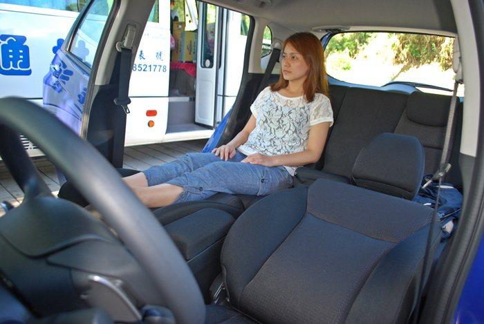 Relax Mode放鬆舒壓模式,前座椅後躺,與後座椅墊相連變成一張躺椅,在旅途...
