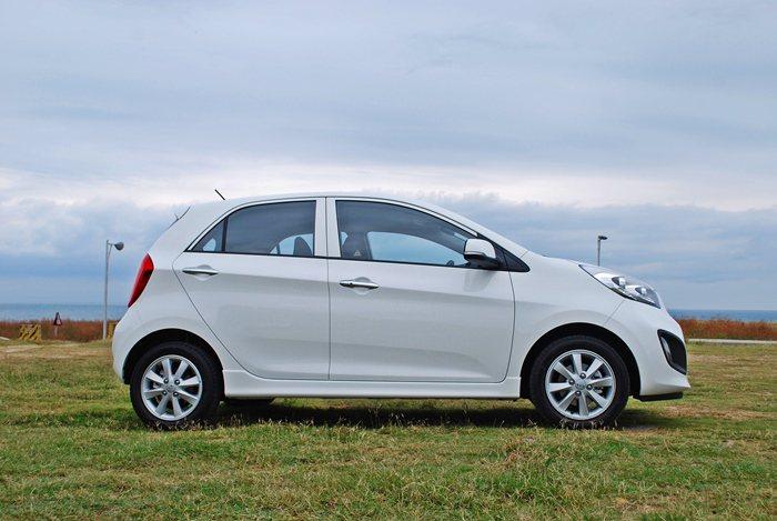 車側車頭低扁、車尾上翹,從前輪拱向後延伸到尾燈中央,一道斜置的腰線,讓車子即使靜...