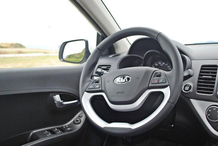 多功能方向盤也以塑料搭配金屬飾板,也很有時尚味,下握延用車頭處鼻的開口造型,和水...
