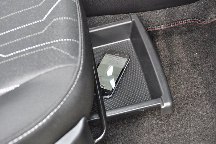 駕駛座下方有為車主設計的一個置物盒,可以放扁平小物,能放平板或手機,更適合女性放...