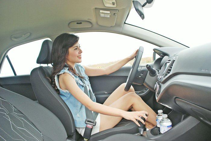 雖車型小巧,但前後座間竟出奇地寬敞,前座腿部空間寬敞,後座稍嫌侷促,但還能接受,...