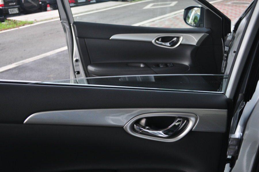 不同於Super Sentra木紋飾板,Sentra Aero的內裝車門跟排檔鞍...