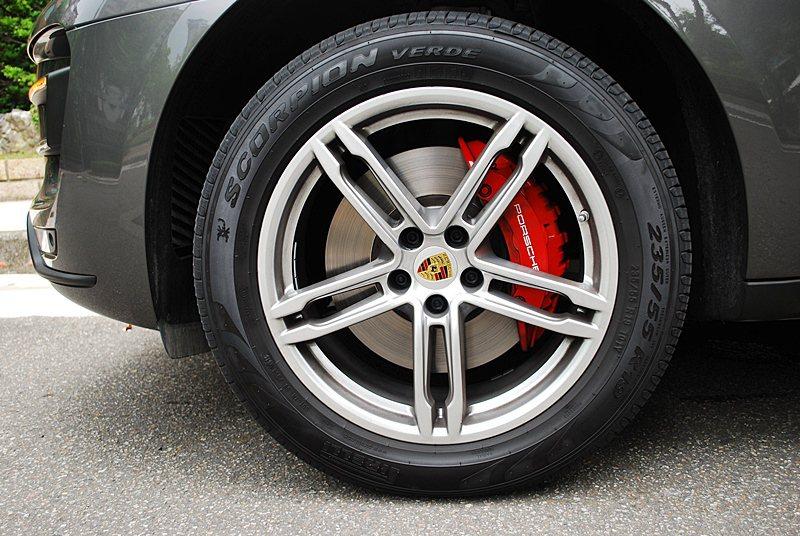 五輻雙肋的19吋跑車化輪圈,配紅色煞車卡鉗,也隱約透露出它的跑車血統。 記者趙惠...