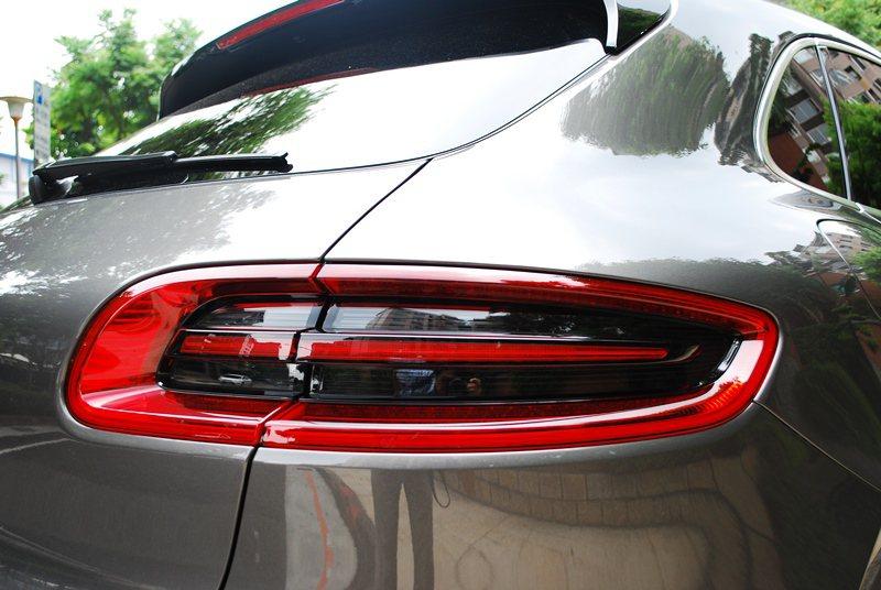 燻黑的尾燈凸顯了Macan Turbo的跑車DNA。  記者趙惠群/攝影
