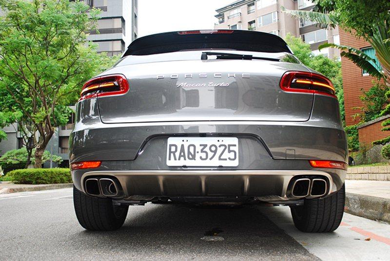 尾管方形式樣和Macan其他車型橢圓尾管不同。  記者趙惠群/攝影