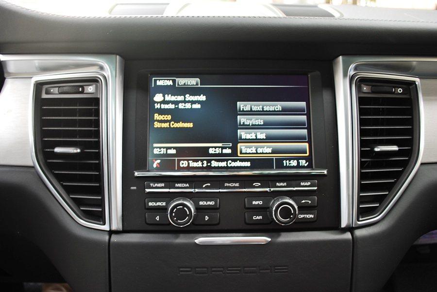 所有界面排列整有序,呈德系車一貫的簡約精密。中控台上方是大塊觸控螢幕,整合單片式...
