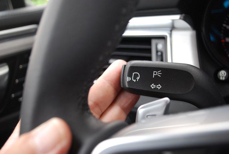方向盤前方有換檔撥片,左側還有聲控撥桿和定速巡航控制桿。 記者趙惠群/攝影