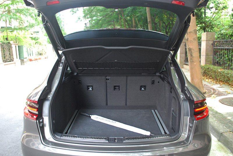 行李廂容量500公升,空間十分寬敞。 記者趙惠群/攝影