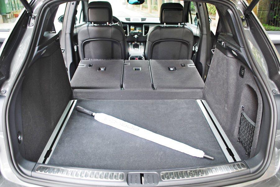 後座分離式座椅前傾打平,可創造1500公升的最大置物容積,行李箱底板有滑軌,有置...