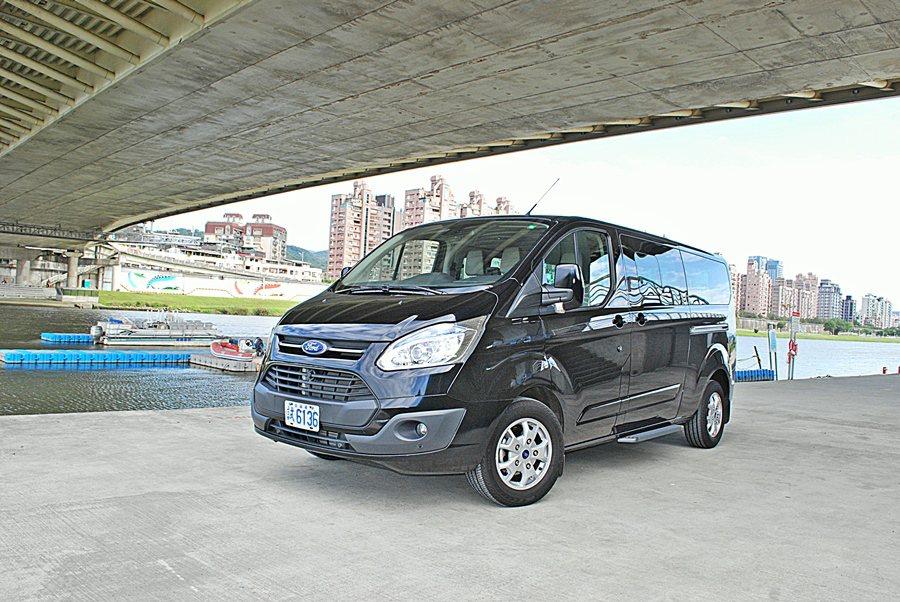 Ford Tourneo Custom擁有豪氣而方正的外觀,造型援用許多遊遊的元素。 記者趙惠群/攝影