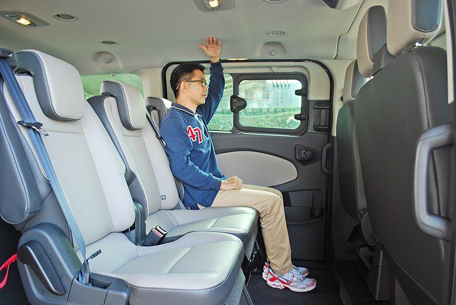 原本車頂挑高,又有3300mm的超長軸距,加上車寬達到2030mm,讓三排座椅都有超寬敞的腿部空間。 記者趙惠群/攝影
